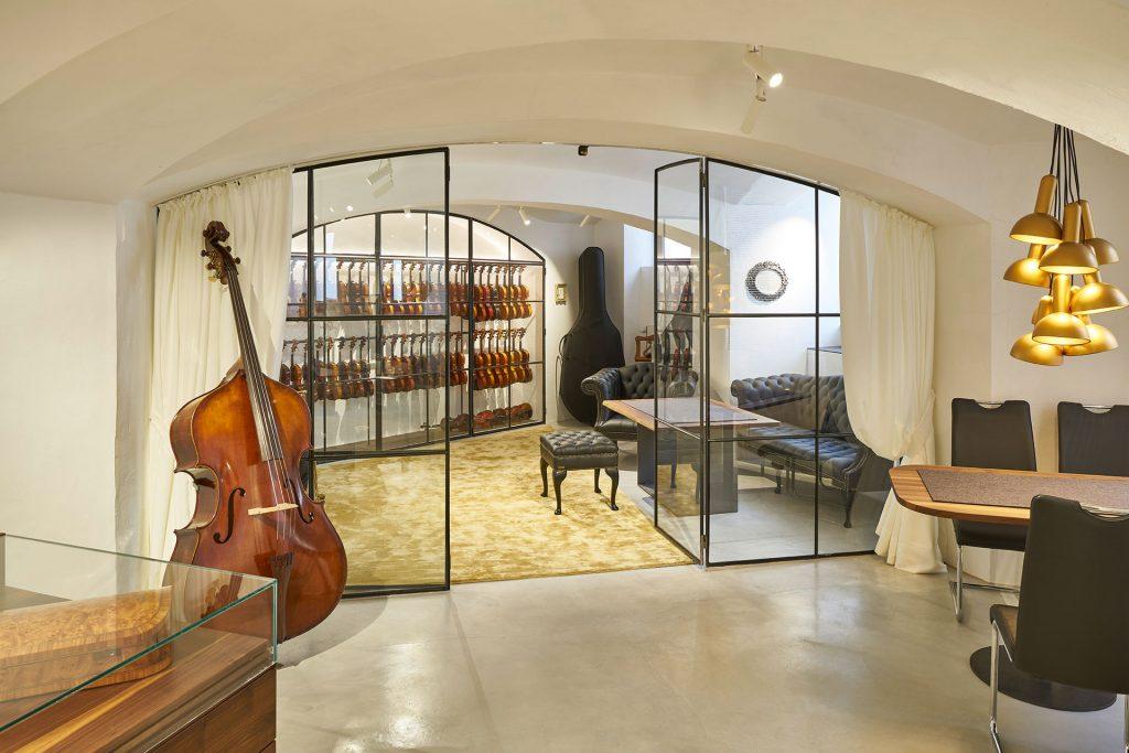 Im Musikzimmer können alle Instrumente ungestört gespielt werden bevor sie die Geige kaufen